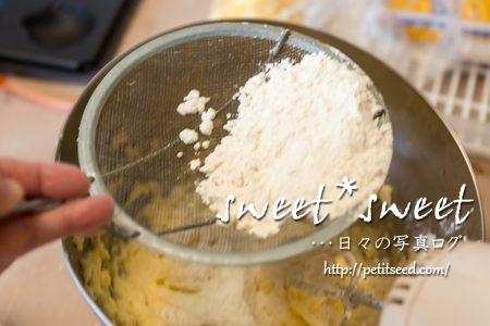 薄力粉をふるいにかける-パウンドケーキを作る時